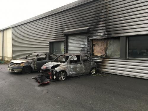 Voitures incendi es dans un garage ch teau thierry un for Voiture dans un garage