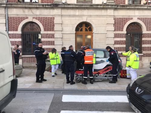 Une voiture percute le mur de la mairie à Romilly-sur-Seine - L'Est Eclair