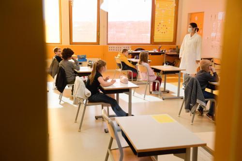 Masques DIM toxiques ? La distribution aux enseignants suspendue, les fonctionnaires appelés à ne plus les porter