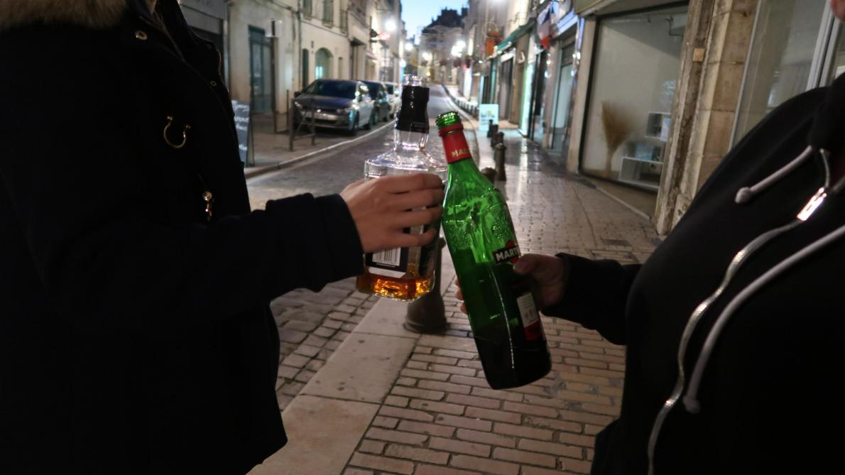 Jusqu'à ce que le tribunal administratif statue sur le fond du dossier, à une date qui n'est pas encore connue, la vente d'alcool à emporter après 22 heures dans la cité médiévale est de nouveau autorisée.