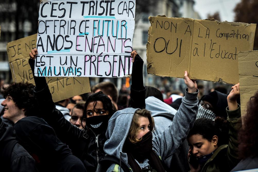 Images choquantes de l'arrestation de lycéens dans la banlieue parisienne — France