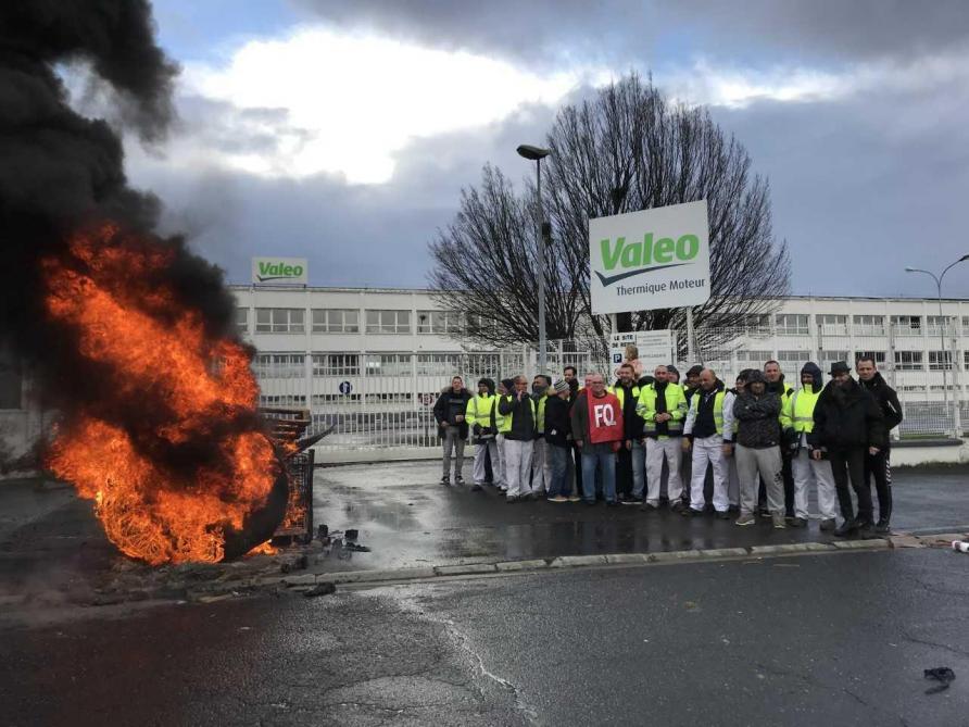 Video Les Salaries De Valeo S Opposent Au Licenciement D Un
