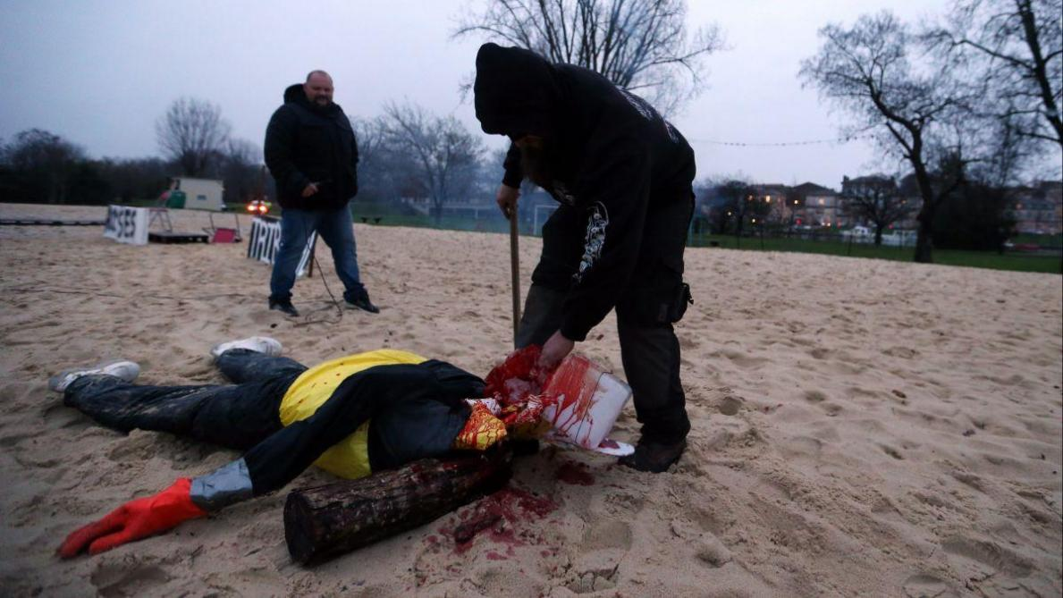 Simulacre d'exécution de Macron à Angoulême : trois Gilets jaunes mis en examen