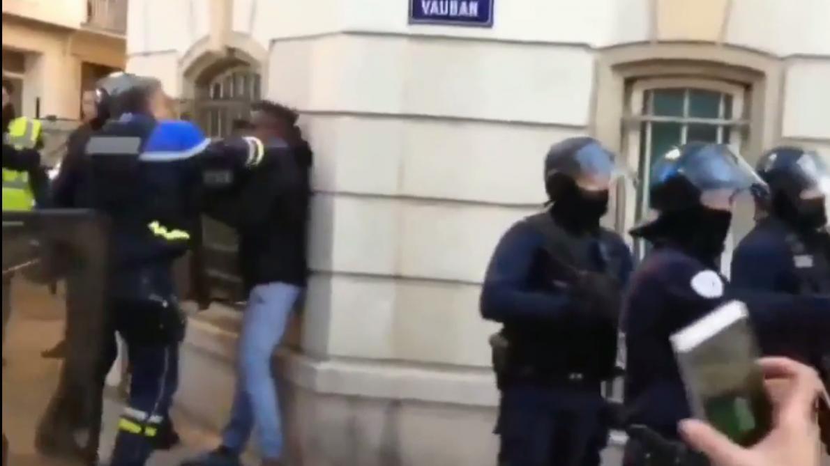 VIDÉO. Toulon  avant de frapper des manifestants, le policier a-t-il ... f4edf3a9550f