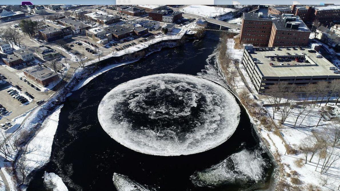 Un immense disque de glace dans une rivière aux Etats-Unis