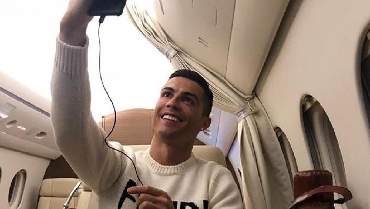 Alors Que L Avion De Sala Est Porte Disparu Ronaldo Partage Un Selfie Dans Son Jet