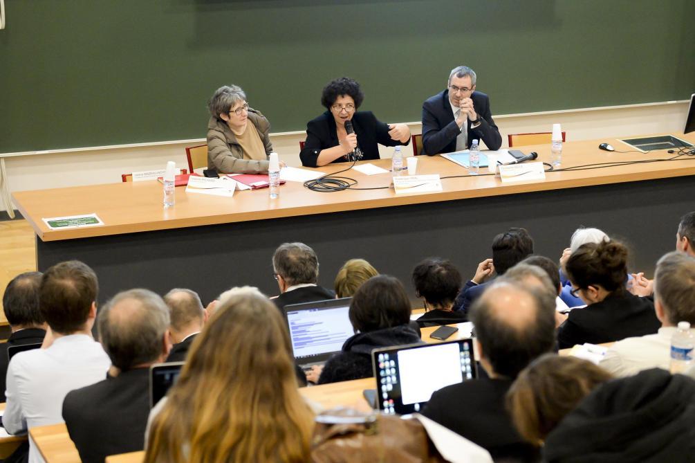 Frédérique Vidal (au centre) a lancé, mardi à la faculté de médecine de Reims, la deuxième phase de concertation pour la réforme des études de santé.