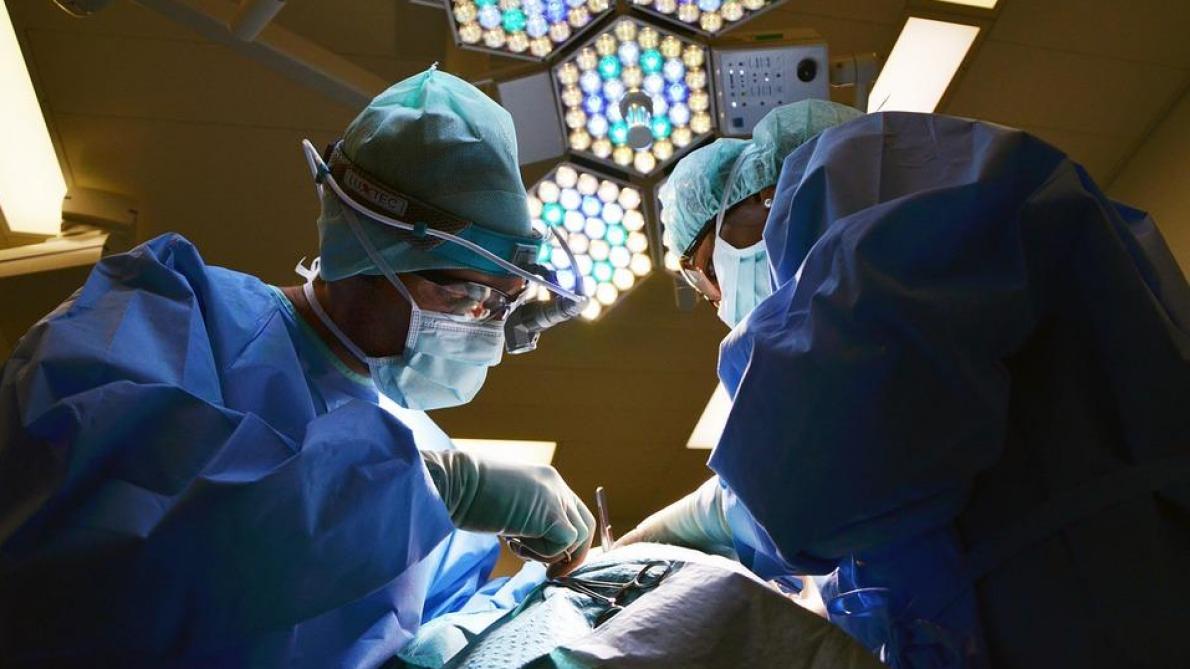 Grenoble: un chirurgien suspendu après les signalements de 54 patients