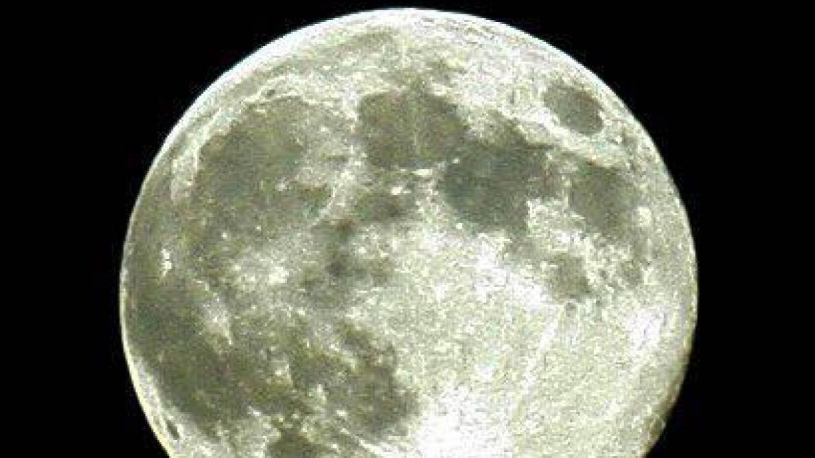 La NASA découvre de l'eau potable sur la lune ?