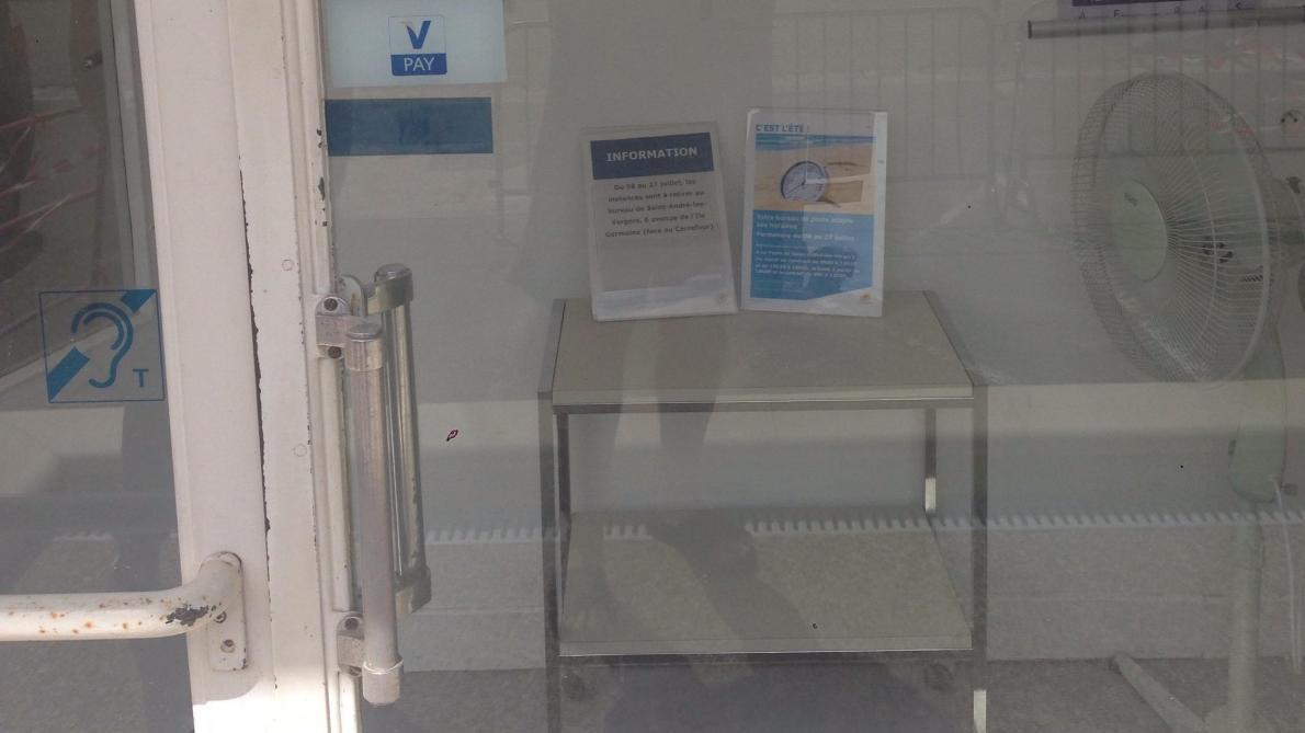 Sas D Entrée Interieur fermeture estivale de la poste à bouilly : la mairie peste