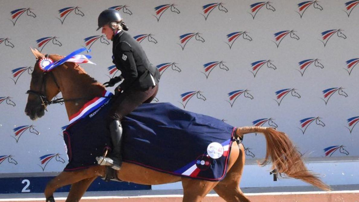 Avec ce succès, Ludivine Habai et son cheval So Good du thin ont reçu une cape avec un liséré tricolore.