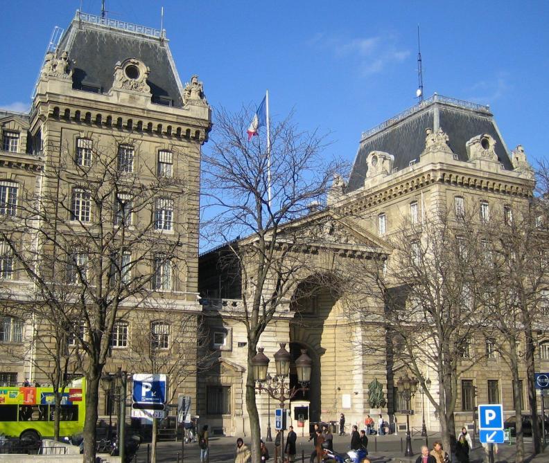 Un homme attaque la préfecture de police de Paris armé d'un couteau