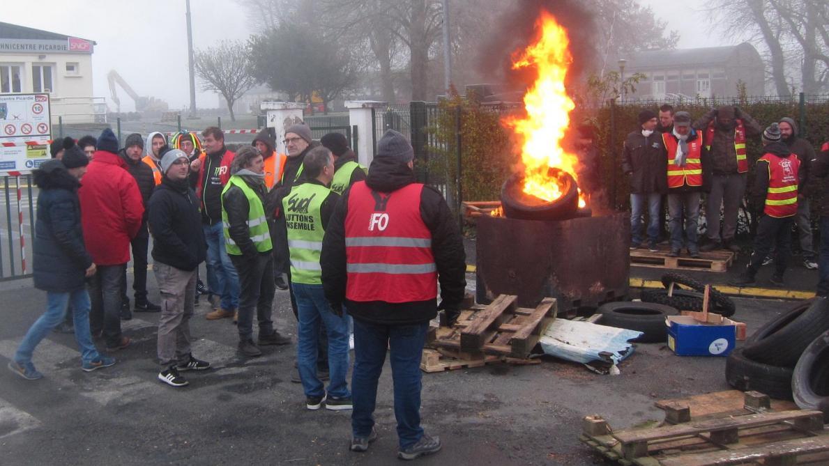 Tergnier: mobilisation contre la réforme des retraites, piquet de grève des cheminots au Technicentre SNCF