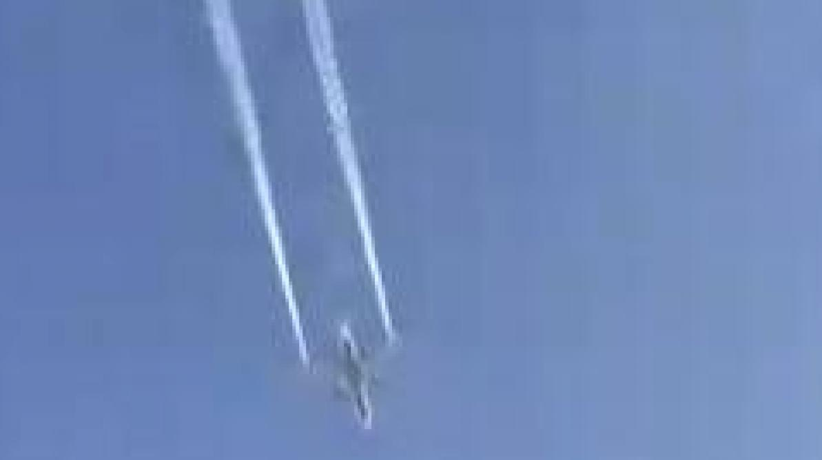 Un avion en difficulté largue son carburant au-dessus d'une école