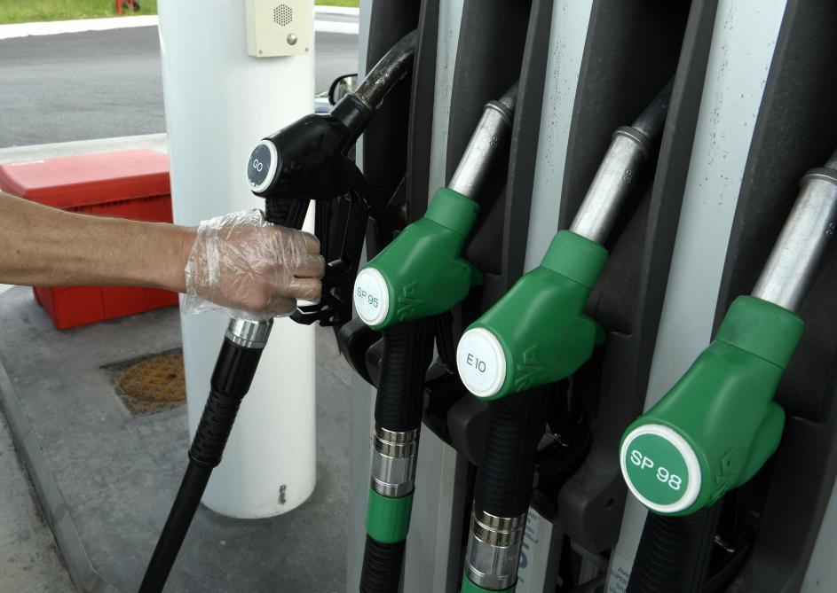 ÉCONOMIE : Le coronavirus fait baisser le prix du carburant