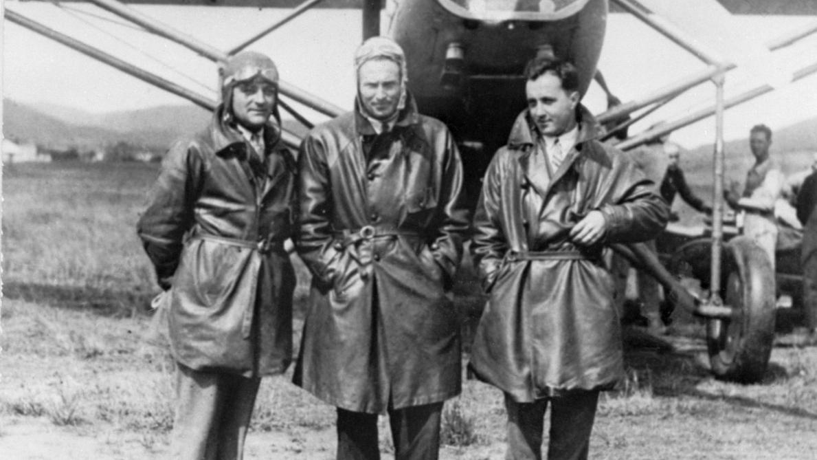 Mai 1930 : Jean Dabry (gauche), Jean Mermoz (centre) et Léopold Gimié (droite) avant leur traversée de l'Atlantique Sud avec l'hydravion « Comte de la Vaulx ».