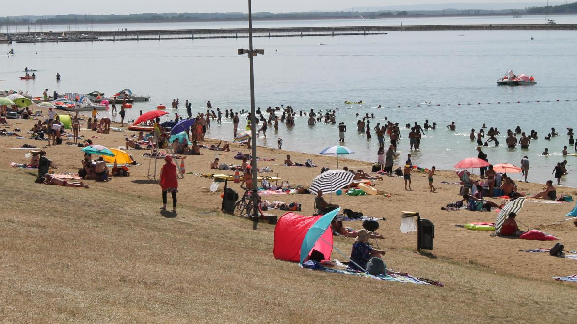 Hier après-midi, la plage avait retrouvé son calme. Pour combien de temps  ?