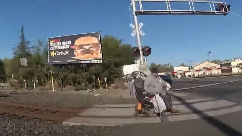 Une policière sauve un homme coincé sur les rails