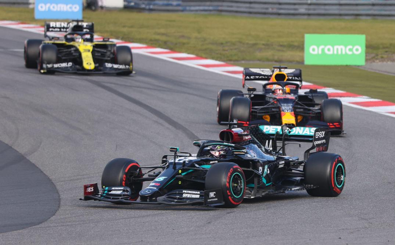 Formule 1 Hamilton égale Schumacher. Le fils de Schumi lui offre un casque de son père