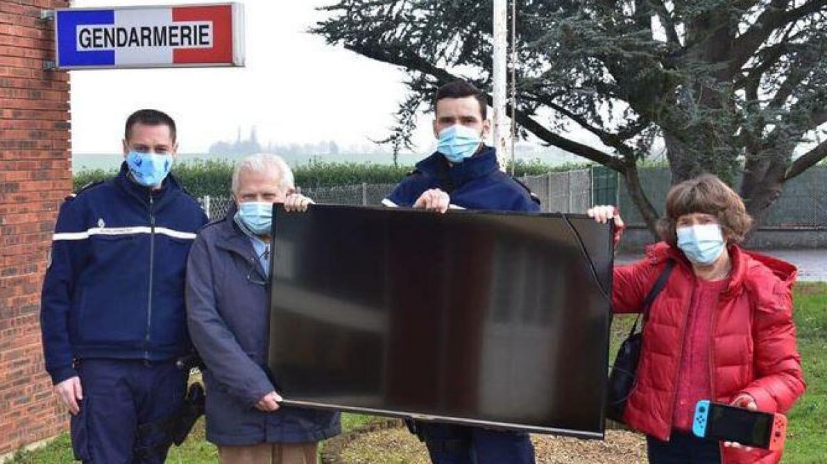 La brigade a remis à l'association Roseau un téléviseur, une console et deux jeux vidéo. Photo Facebook gendarmerie de la Marne