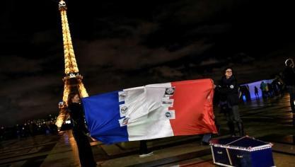 Des policiers en colère tiennent le drapeau français et posent près d'un cercueil représentant les fonctionnaires de police décédés, Esplanade du Trocadéro à Paris, 12 mars 2019
