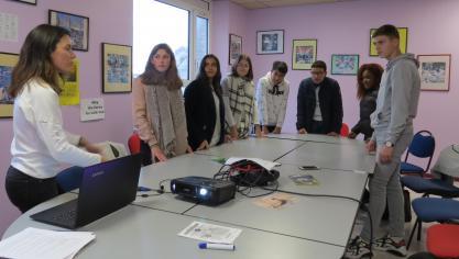 Ici, les lycéens assistent à une présentation pour apprendre à aider les victimes de harcèlement.